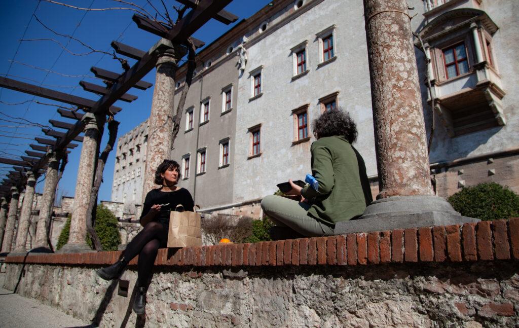 Giardino interno al Castel del Buonconsiglio muretto pergola pranzo all'aperto